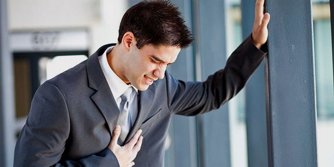 У хлопця болить груди посередині