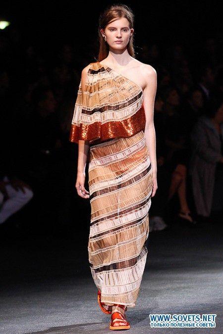 Незвичайне плаття з воланом