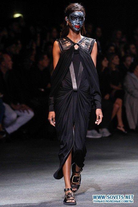 Строгу чорну сукню від Жівенші