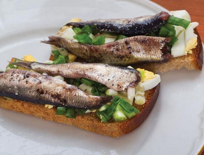 Гарячі бутерброди зі шпротами