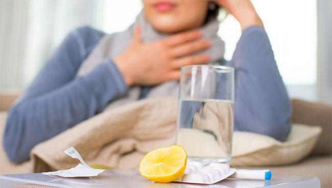 Стакан води з лимоном