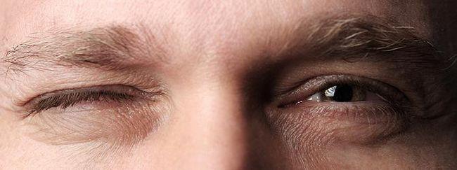 смикається ліве око