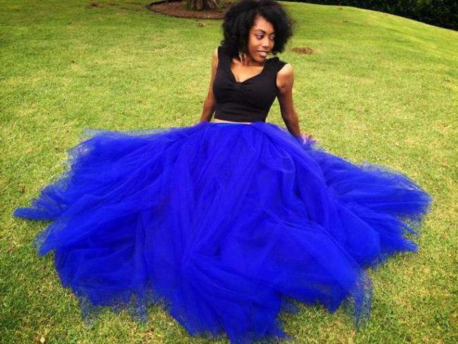 синя спідниця в підлогу з чим носити