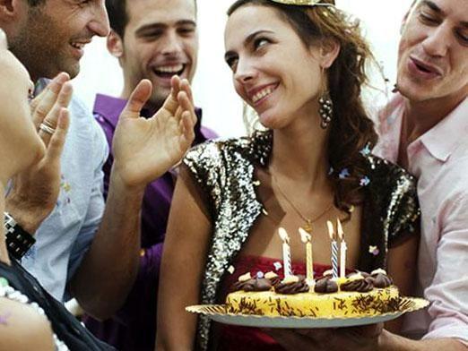 Что подарить на день рождения девушке?