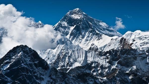 Где расположена самая высокая гора на земле?