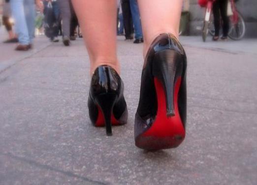 Как ходить на высоких каблуках?
