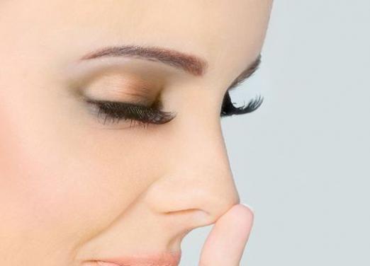 Як позбутися чорних крапок на носі?