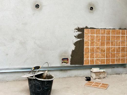 Как класть плитку на стену?
