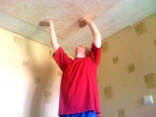 Как клеить потолочные плитки?