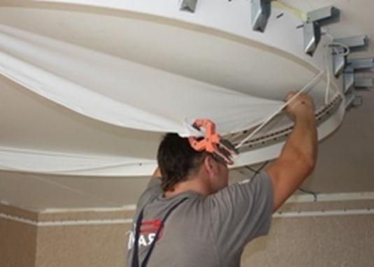 Как крепить натяжной потолок?