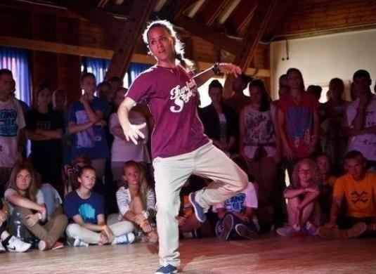 Как научиться танцевать тектоник?