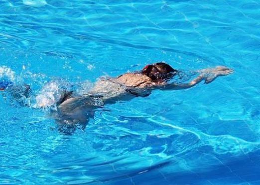 Як плавати в басейні?