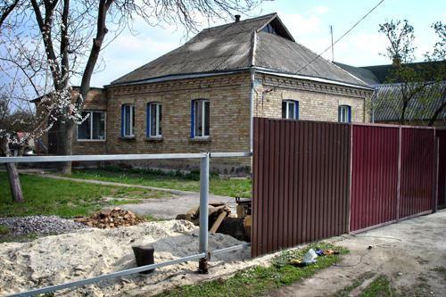 як побудувати паркан з профнастилу з цегляними стовпами
