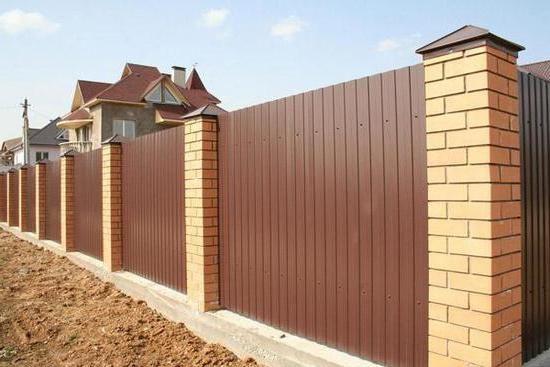 як побудувати паркан з профнастилу і цегли