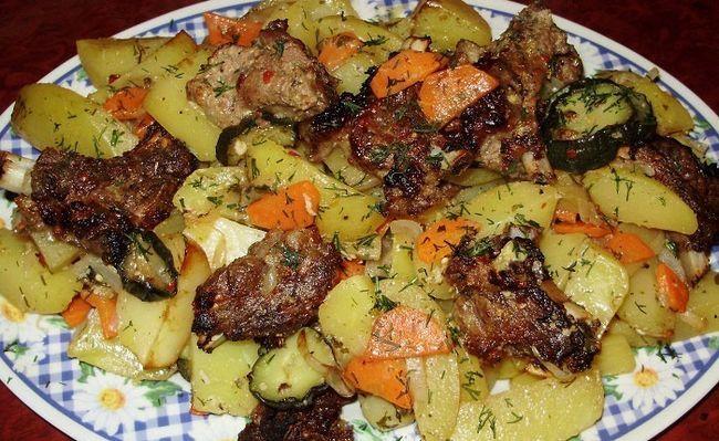 Блюдо зі свинини з картоплею в мультиварці