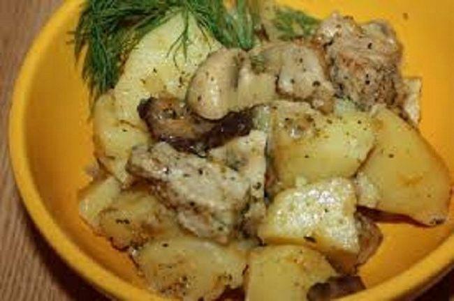 Запікаємо картопля зі свининою і грибами