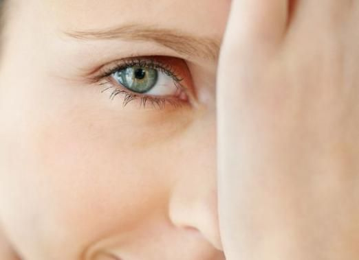 Как снять отек с глаз?