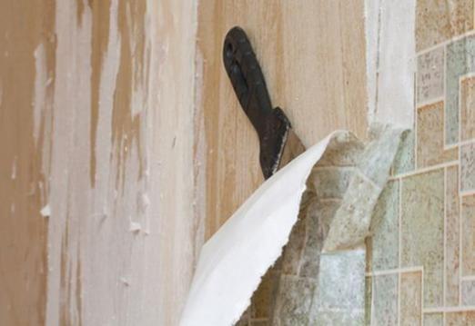 Как снять со стены старые обои?