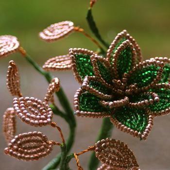 Как создавать цветы из бисера. мастер-класс сделает из вас профессионала