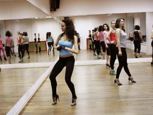 Как танцует девушка?