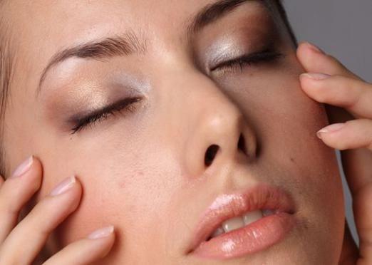 Як прибрати зморшки під очима?