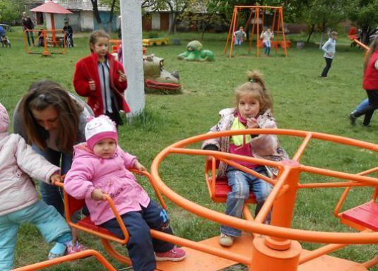 Как украсить детскую площадку?