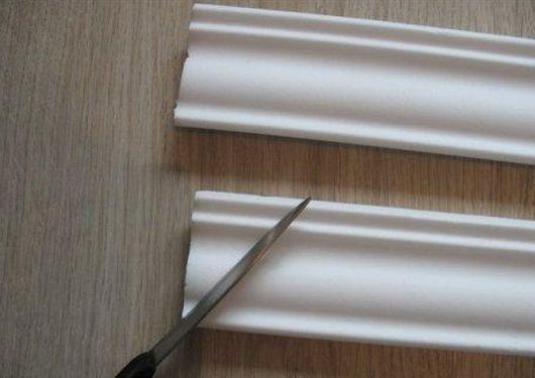 Как вырезать угол на плинтусе?