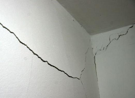 Как заделать трещину в стене?