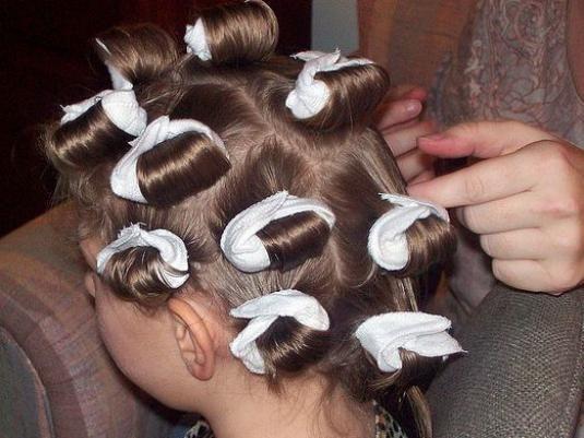 Как завить волосы на бигуди?