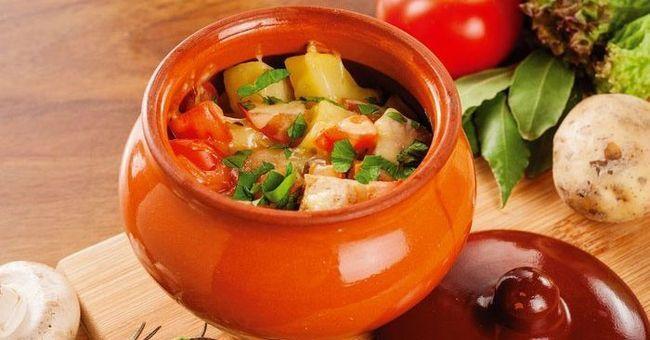 Тушковане овочеве блюдо з куркою в горщиках