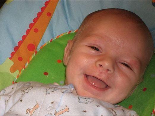Когда ребенок начинает смеяться?