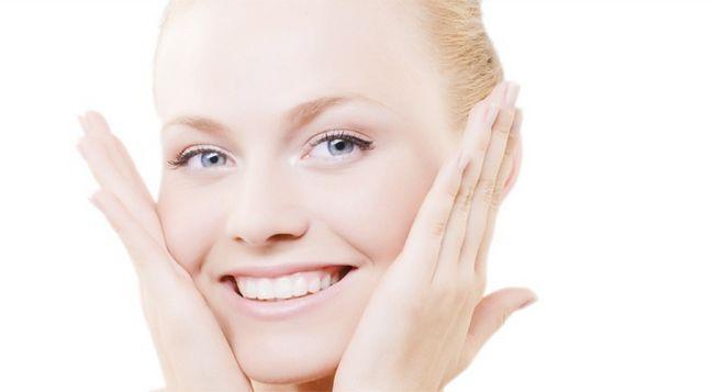 Особа після крему з гіалуроновою кислотою