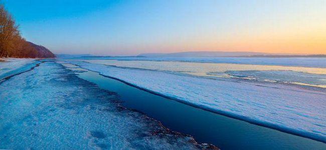 де бере початок Волга і куди впадає