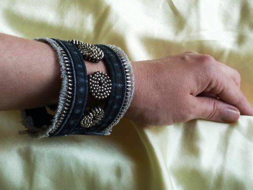 На какой руке носят браслет?