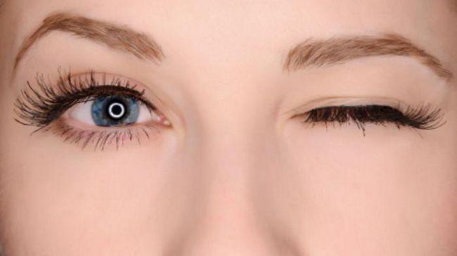 Чому постійно смикається ліве око
