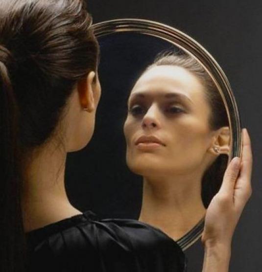 Почему нельзя смотреть ночью в зеркало?