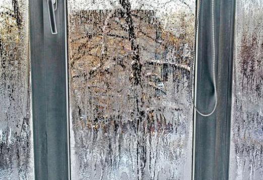 Почему потеют пластиковые окна зимой?