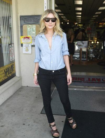 шкіряна спідниця з джинсової сорочкою