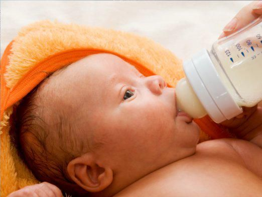 Сколько должен есть новорожденный?