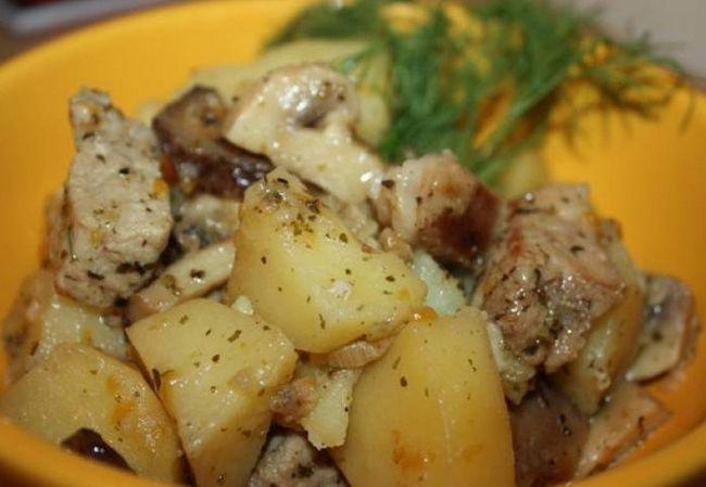Як готують тушковану картоплю з м'ясом