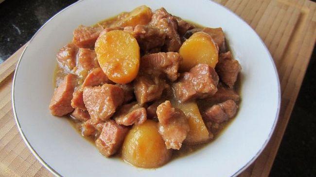 Як приготувати тушковану свинину з картоплею