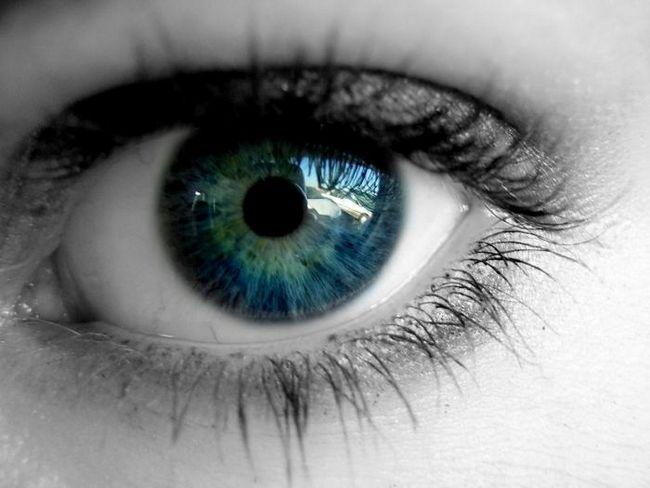 чому сіпається око