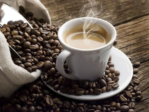 В якому з напоїв міститься більше кофеїну?